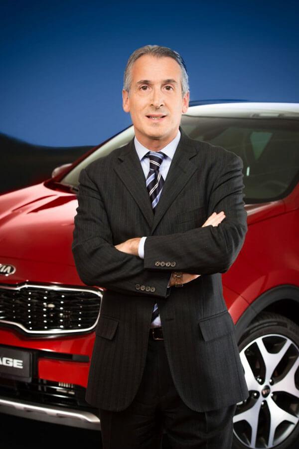 Business-plan-precio-retrato-nachourbon-fotografo-kia-coche-rojo-hombre-traje-oscuro-frente-coche